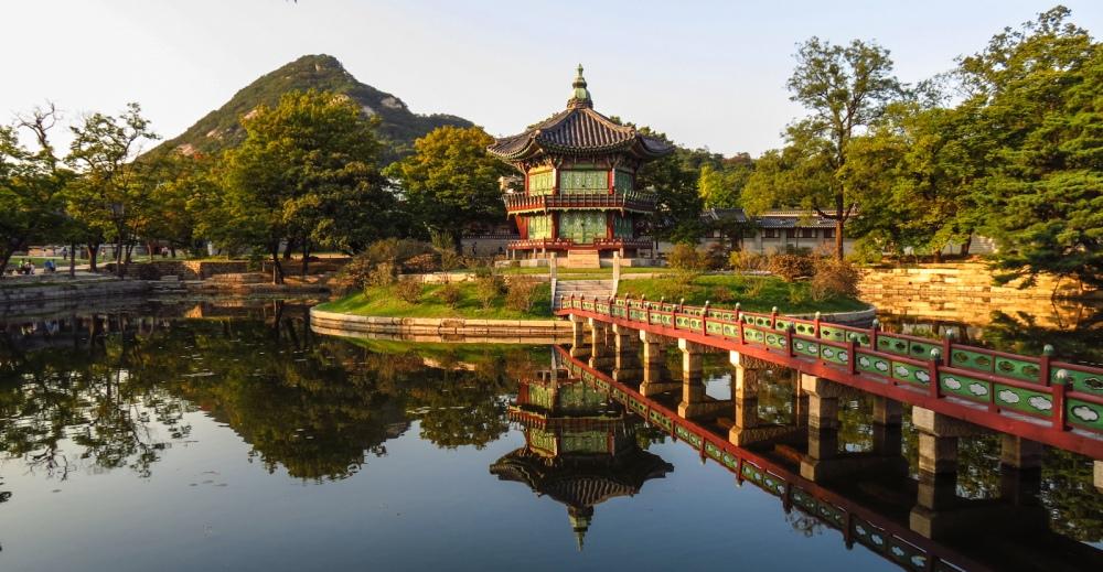 gyeongbokgung-gardens-and-refelecting-lake